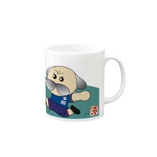 サッカーをするパグ マグカップ