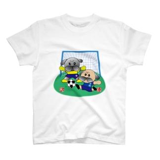 サッカーをするパグ Tシャツ