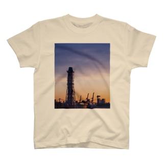 朝焼けの煙突とキリンたち Tシャツ