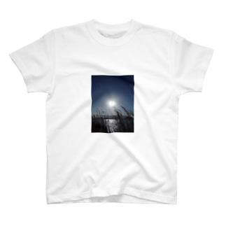 太陽は、まだそこにいる T-shirts