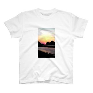 尊の島、沈む陽 T-shirts