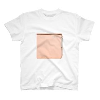サーモンピンクの小屋 T-shirts