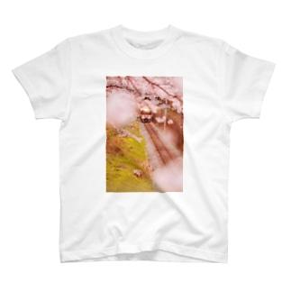 春の桜と電車 T-shirts