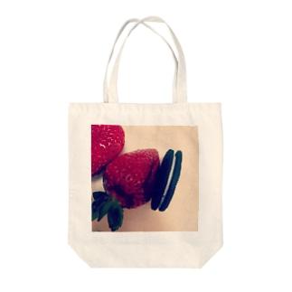 et la fraise Tote bags