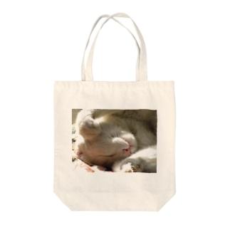 お昼寝白にゃ Tote bags