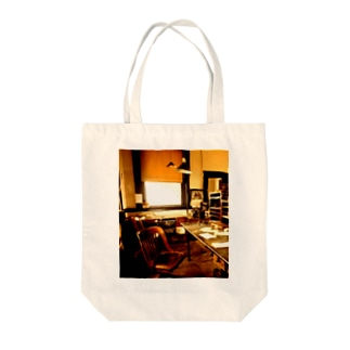TRAIN DEPOT IN SOMEWHERE, KANSAS Tote bags