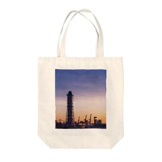 朝焼けの煙突とキリンたち Tote bags