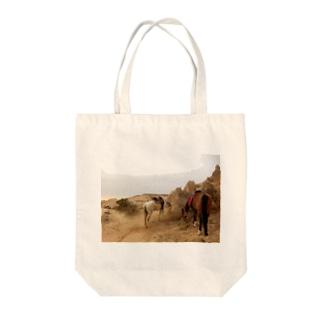 旅先の馬 Tote bags