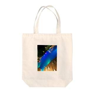 夜のプール Tote bags