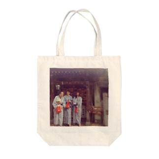 家族旅行 Tote bags