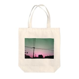 電線と飛行機雲シリーズ Tote bags
