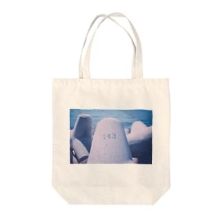 目の前にあったテトラポット Tote bags