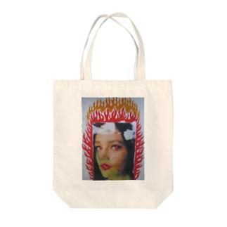 燃える女 Tote bags