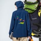 KAERUCAFE SHOPの虹のバード Anorakの着用イメージ(裏面)