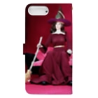 FUCHSGOLDの人形写真:箒を持った黒髪の魔女 Doll picture: Brunette witch with a dog Book-style smartphone caseの裏面