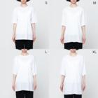 HELL DUMP人造人間SHOPのイラストサタン鈴木総柄Tシャツ Full graphic T-shirtsのサイズ別着用イメージ(女性)