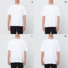 NIKORASU GOのユーモアダジャレネコデザイン「エマニャン夫人」 Full graphic T-shirtsのサイズ別着用イメージ(男性)