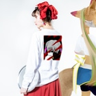 市イラストグッズショップの狂月ちゃん Long sleeve T-shirtsの着用イメージ(裏面・袖部分)