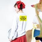 2mの SOCIAL  DISTANCING Long sleeve T-shirtsの着用イメージ(裏面・袖部分)