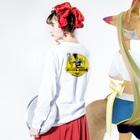 """""""すずめのおみせ"""" SUZURI店のオシリスキー出没注意 Long Sleeve T-Shirtの着用イメージ(裏面・袖部分)"""