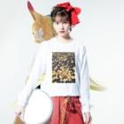shizukusanの棚のアスファルトと葉っぱ Long sleeve T-shirtsの着用イメージ(表面)