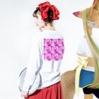 クレヨン君とえんぴつ君のピンクにくるくるなクルクマ Long sleeve T-shirtsの着用イメージ(裏面・袖部分)