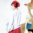 SUIMINグッズのお店のまぐろの握り寿司を自慢げに持ち運ぶ猫(中) Long sleeve T-shirtsの着用イメージ(裏面・袖部分)