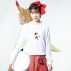 SUIMINグッズのお店のまぐろの握り寿司を自慢げに持ち運ぶ猫(中) Long sleeve T-shirtsの着用イメージ(表面)