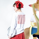 MOGUMO SHOPのくびつりなわ Long sleeve T-shirtsの着用イメージ(裏面・袖部分)
