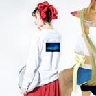 n-emoの夕と夜の重なり Long sleeve T-shirtsの着用イメージ(裏面・袖部分)