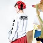 メイドイン極楽スズリ店の背中に二頭の虎 Long sleeve T-shirtsの着用イメージ(裏面・袖部分)