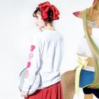 メイドイン極楽スズリ店のCATHOUSE 桃 Long sleeve T-shirtsの着用イメージ(裏面・袖部分)