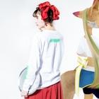 山田すずめ🕊の山田すずめちゃん グリーン Long sleeve T-shirtsの着用イメージ(裏面・袖部分)