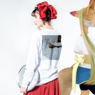 satomamiのグリーンイグアナバックプリント Long sleeve T-shirtsの着用イメージ(裏面・袖部分)