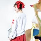 竹条いちいの憂いに手向けるポピー Long sleeve T-shirtsの着用イメージ(裏面・袖部分)
