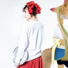 一羽のすずめの羊の上にとどまる鳩 Long sleeve T-shirtsの着用イメージ(裏面・袖部分)