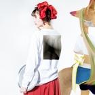 せーきゅーの店の落ちたねこ Long sleeve T-shirtsの着用イメージ(裏面・袖部分)