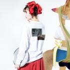 遊の憂鬱と花束 Long sleeve T-shirtsの着用イメージ(裏面・袖部分)