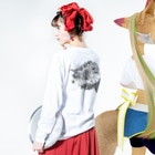 竹下キノの店のどこかの街の絵 Long sleeve T-shirtsの着用イメージ(裏面・袖部分)
