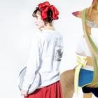 ツバメ堂の蔦とかえる Long sleeve T-shirtsの着用イメージ(裏面・袖部分)