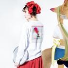 UNIREBORN WORKS ORIGINAL DESGIN SHOPのCOSA POSSIAMO FARE PER I BAMBINI IN FUTURO? Long sleeve T-shirtsの着用イメージ(裏面・袖部分)