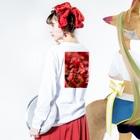 かぴばらのFLOWERS-あか- Long sleeve T-shirtsの着用イメージ(裏面・袖部分)