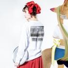 膝舐め・ショッピングセンターのPromise of Summer / Black and White edit. Long Sleeve T-Shirtの着用イメージ(裏面・袖部分)