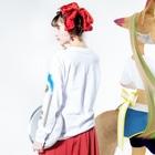 PetWORKs SUZURI ShopのOpenSky シルエット Long sleeve T-shirtsの着用イメージ(裏面・袖部分)