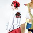 """CRIBAHOLIC"" の""ROSE"" (RED) Long sleeve T-shirtsの着用イメージ(裏面・袖部分)"