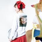 harucameraのharucamera モモ Long sleeve T-shirtsの着用イメージ(裏面・袖部分)