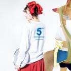 クラウドサインの[5th Anniv.]ロゴ_バックプリント付き_青文字 Long sleeve T-shirtsの着用イメージ(裏面・袖部分)