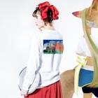 渡画楽吹 〜watarigarasu〜のアマビエ✖️北斎パロ [凱風快晴] Long sleeve T-shirtsの着用イメージ(裏面・袖部分)