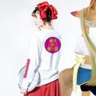 横浜ボーイ酒カウトの横浜ボーイ酒カウト御札 Long Sleeve T-Shirtの着用イメージ(裏面・袖部分)