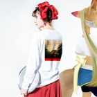 studio applauseのマクベス前面ロゴ背面デザイン(Macbeth) Long Sleeve T-Shirtの着用イメージ(裏面・袖部分)